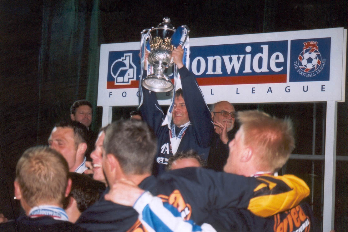 Micky lifts the trophy Chesterfield game 01 may 2001